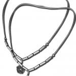 Modell einer Halskette mit verschiedenen Anhängern